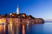 Blick auf die beleuchtete Altsatdt von Rovinj am Abend