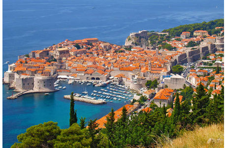 Dubrovnik mit dem Hafen und der historischen Stadtmauer