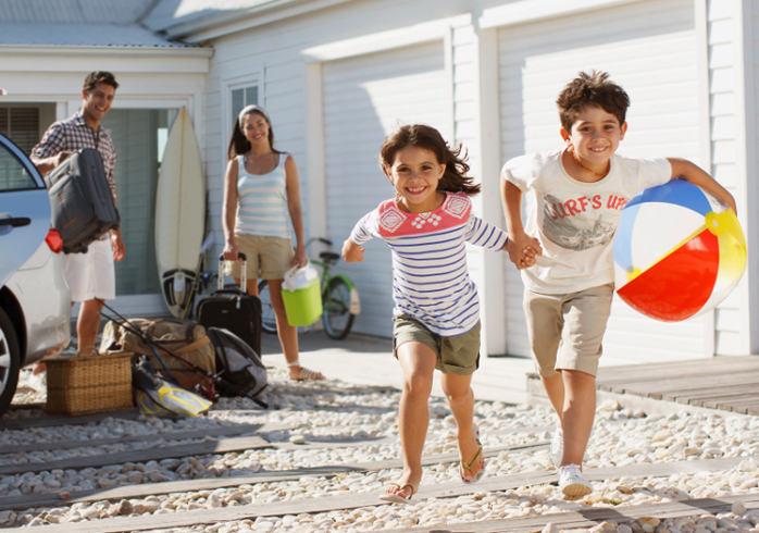 Glückliche Familie kommt im Ferienhaus an