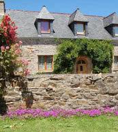 Maison en pierre pour huit personnes située à la campagne.