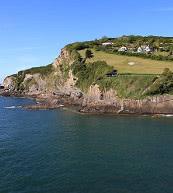 En contrebas des bâtiments situés sur les rochers se trouve une maison de vacances pour six personnes.