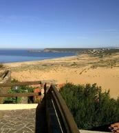 Vous admirerez la vue sur les dunes de Torre die Corsari de la terrasse de cette maison de vacances.