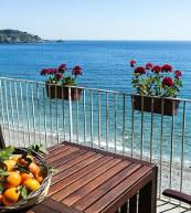 Cette maison pour quatre personnes située en bord de mer se trouve près de Taormine sur la côte est de la Sicile.