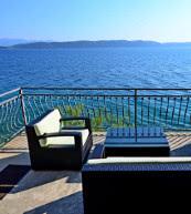 Aussicht auf das Meer uns die Insel Hvar von der Terrasse eines direkt am Meer gelegenen Ferienhauses.