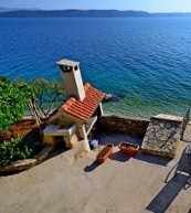Terrasse d'une maison de vacances située en bord de mer sur la côte de Makarska.