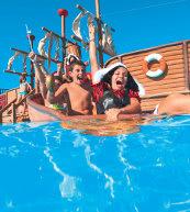 Parc de vacances avec une grande piscine situé en bord de mer sur la côte ouest de l'Istrie.