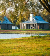 Parc de vacances situé sur une digue de l'Escaut oriental.