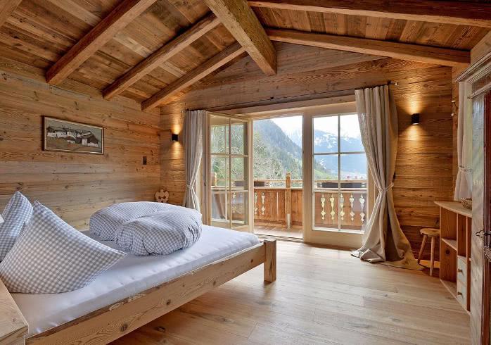 Schlafstube Eines Romantischen Chalets Für Zwei Personen Bei Ramsau Im  Zillertal.