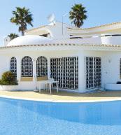 Moderne Poolvilla für zehn Personen in Olhão mit Badezimmern en suite und einer großen Dachterrasse.