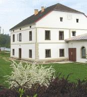 Cet ancien moulin situé dans le sud de la Bohême et transformé en location de vacances peut accueillir 10 personnes.
