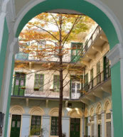 Un beau duplex se trouve dans ce bâtiment du 18e siècle situé dans le 6e arrondissement de Budapest.
