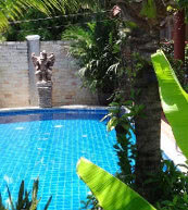 Garten eines Ferienhauses für vier Personen in Pattaya.