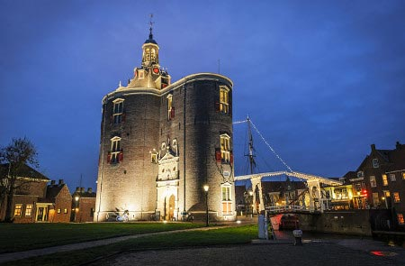 Der alte Wehrturm an der Hafeneinfahrt von Enkhuizen