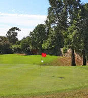 50 m seulement séparent ce terrain de golf situé sur la Côte d'Azur d'une villa pour 8 personnes.