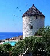 Den direkten Meerblick genießen Sie von dieser Windmühle auf der Insel Kea.