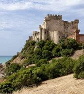 Urlaub mit dem gewissen Etwas verspricht diese direkt am Meer gelegene Burg an der Südküste von Sizilien.