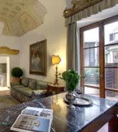 Mit viel Charme eingerichtetes Apartment in einem historischen Palazzo aus dem 14. Jahrhundert.
