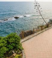 Nur 100 Meter zum nächsten Strand sind es von diesem direkt am Meer gelegenen Ferienhaus zwischen Imperia und Sanremo.