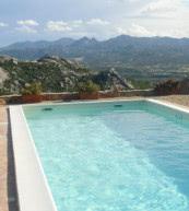 Genießen Sie einen tollen Blick auf die Berge von diesem Pool bei einem Ferienhaus für sechs Personen.