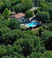 Idyllisch inmitten der toskanischen Hügellandschaft gelegenes Landgut für zehn Personen.