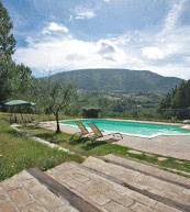 Pool im Garten eines Landguts für bis zu zwölf Personen bei Assisi.