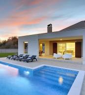 Moderne Poolvilla für sechs Personen mit großem Gartengrundstück an Istriens Ostküste.