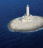 """Platz für vier Urlauber: Auf einer kleinen Insel vor der Südküste von Istrien liegt der Leuchtturm """"Porer""""."""