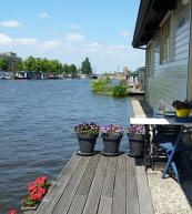 Mitten in Amsterdam verbringen Sie Ihre Ferien auf einem gemütlichen Hausboot.