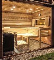 Von dieser außergewöhnlichen Sauna eines Ferienhauses in Tirol können Sie die Aussicht nach draußen genießen.