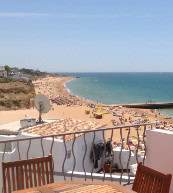 Direkt am Strand von Albufeira gelegenes Ferienhaus für sechs Personen.