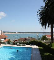 Ausblick auf die Bucht von Sao Martinho do Porto von einem Apartment für sechs Personen.