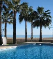 Strand und Pool nah beieinander in einer Ferienanlage bei Peñíscola mit Appartements für vier Personen.