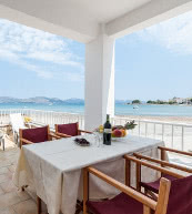 Terrasse eines direkt am Meer gelegenen Ferienhauses bei Alcudia.